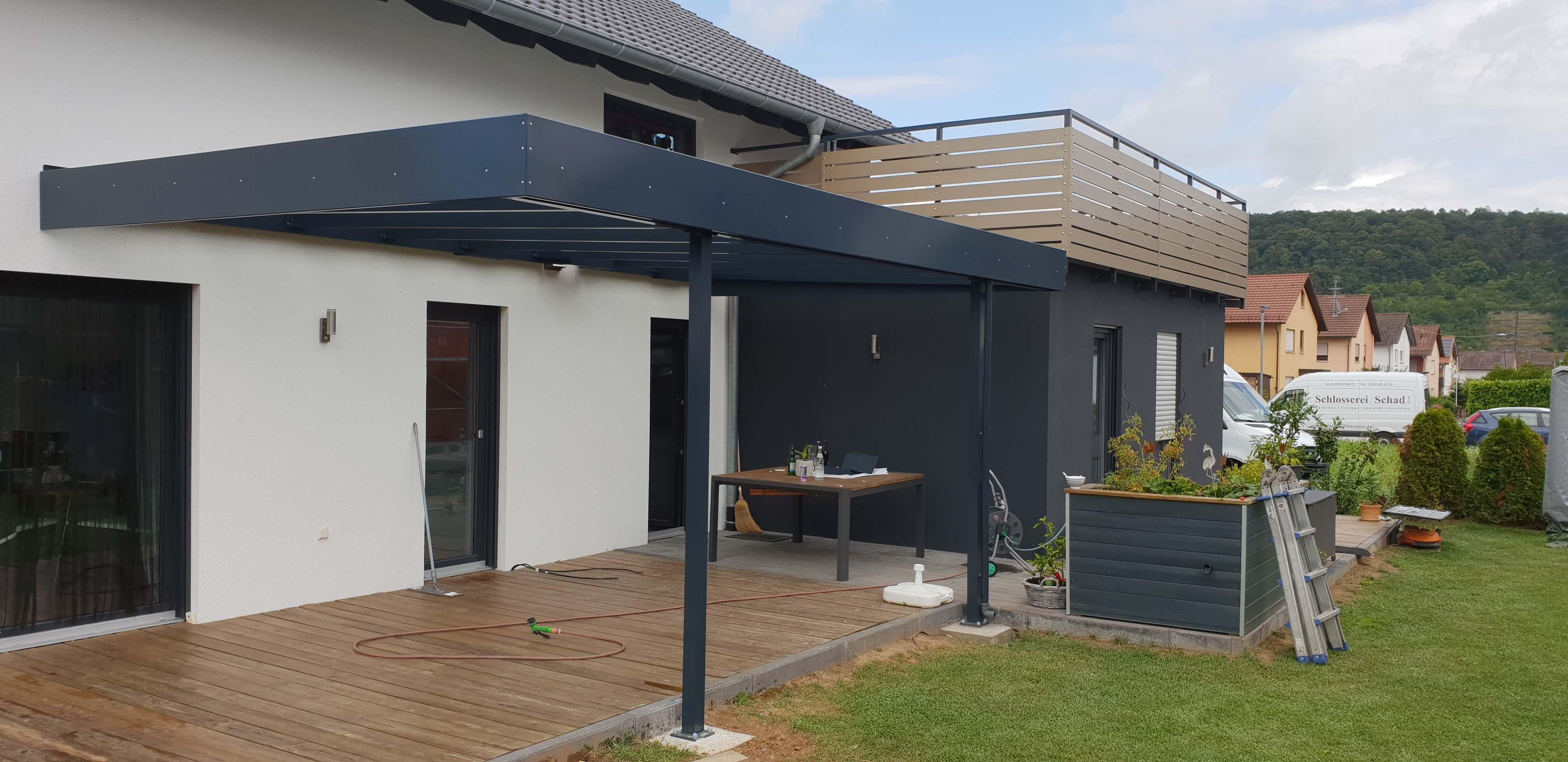 Terrassenüberdachung und Balkongeländer aus Aluminium, pulverbeschichtet