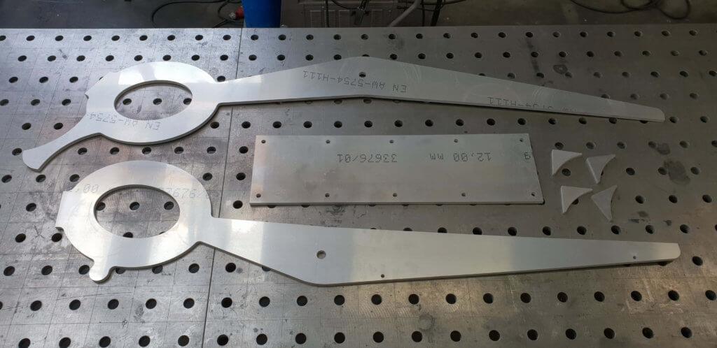 Einzelteile einer Schere aus Aluminium. Geschnitten mit unserer Wasserstrahlanlage