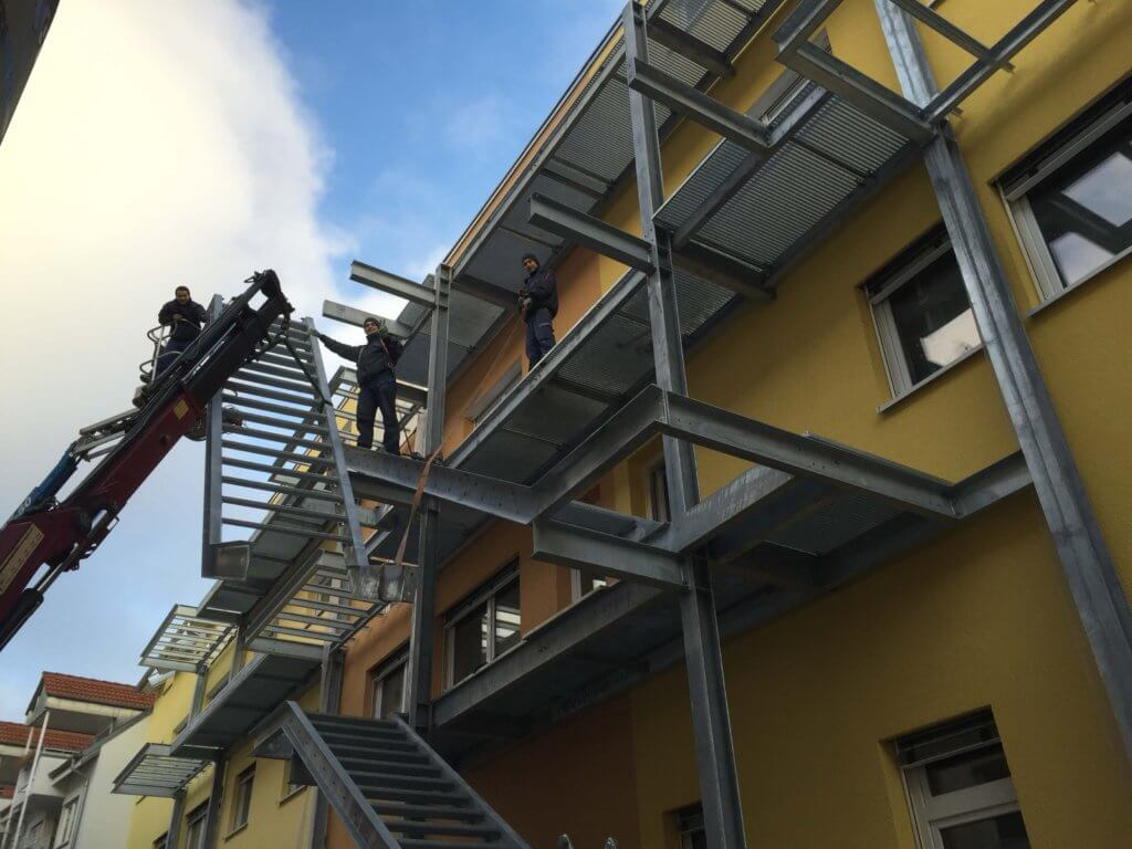 Montage einer kombinierten Balkon- und Fluchttreppenanlage