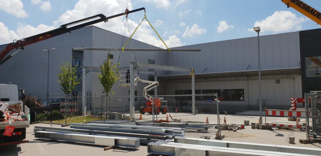 Hofüberdachung aus Stahl: Die ersten Teile werden eingebaut.