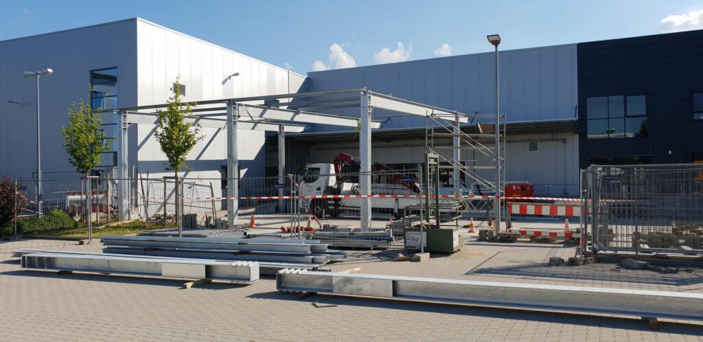 Hofüberdachung aus Stahl: 2/3 des Stahlbaus stehen nach dem ersten Tag