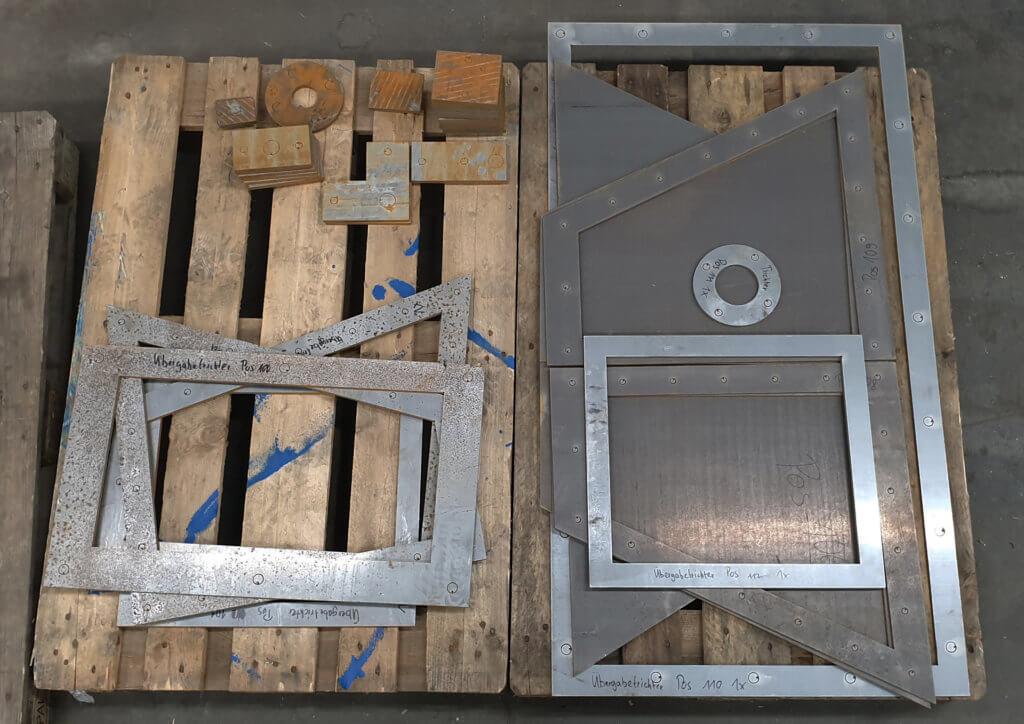 Einzelteile für ein Maschinenbauteil, geschnitten mit unserer Wasserstrahlschneidanlage