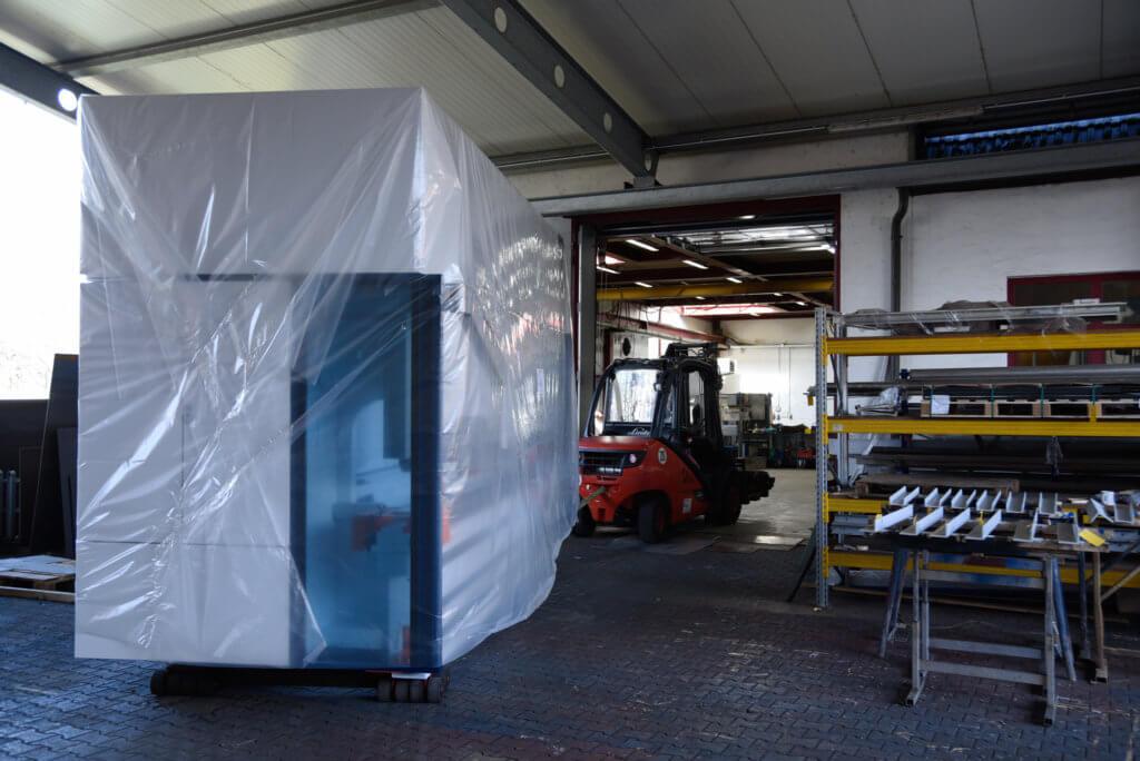 Unsere neue Trubend 5320 wird in die Halle gezogen