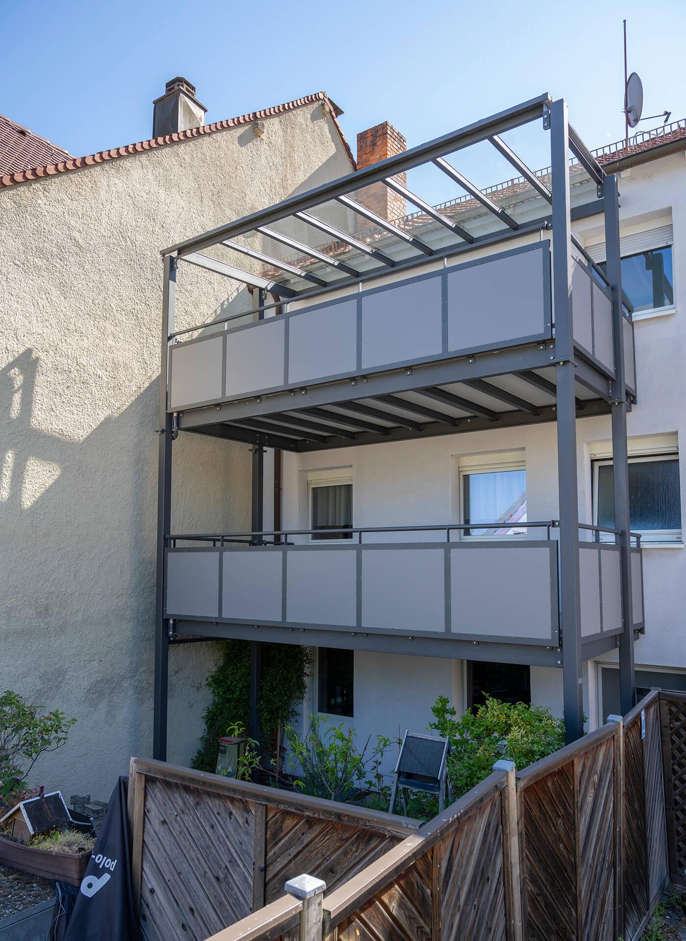 Stahlbalkonturm mit 2 Böden und Glasvordach. Die Füllung der Geländer besteht aus Trespa Meteon.